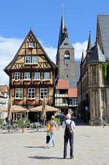 Historische Architektur in Quedlingburg - Blick vom Marktplatz zur St. Benekiktkirche / Marktkirche - Hallenkirche aus dem 15. Jahrhundert.