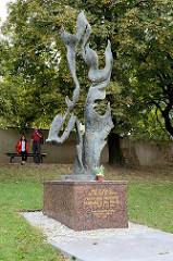Denkmal für Jan Pallach in Melnik - Bronzeskulptur; Jan Palach (* 11. August 1948 in Mělník; † 19. Januar 1969 in Prag) war ein tschechoslowakischer Student, der sich 1969 aus Protest gegen die Niederschlagung des Prager Frühlings und gegen das Dikta