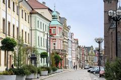 Restaurierte Wohnhäuser bei der Hl. Geist Kirche - Architektur in Hradec Králové / Königgrätz.