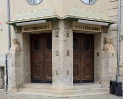 Eingang Bestehornhaus in Aschersleben - erbaut 1908; Kulturhaus.