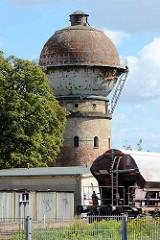 Wasserturm am Bahnhof von Aschersleben - Backsteinsockel mit Metallkuppel.