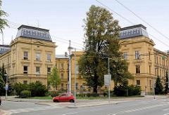 Symmetrisches Gebäude mit Innenhof - Dach mit eingedecktem andersfarbigen Schindeln - Architektur in Hradec Králové.