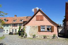 Fachwerkhäuser und Kopfsteinpflaster auf dem Münzenberg in Quedlinburg - ehem.  Sitz vom Beneditkinerinnenkloster und St. Marienkirche. Um 1539 wurde das Kloster aufgegeben  und ab 1580 von Handwerkern, fahrenden Leuten und Musikern besiedelt. Die