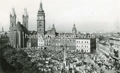 Historische Ansicht vom Marktplatz in Hradec Králové / Königgrätz; Markt mit Pferdewagen und Marktständen, dicht gedrängte MarktbesucherInnen um die Mariensäule; errichtet 1717, zum Dank, dass die Stadt  von der Pest im Jahre 1713 verschont bli