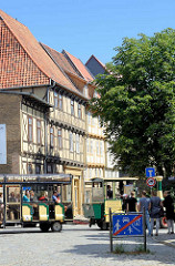 Touristenbahn - Sightseeing in Quedlinburg, mehrgeschossige Fachwerkhäuser.