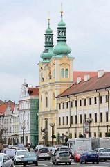 Marktplatz von Hradec Králové / Königgrätz; re. die ehemalige Jesuitenkirche - barocke Kirche Mariä Himmelfahrt; erbaut 1666 - Architekt Carlo Lurago.