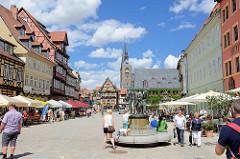 Markt von Quedlinburg - im Vordergrund Bronzeskulpturen der Münzenberger Wandermusikanten auf dem Marktplatz von Quedlinburg - Bildhauer Wolfgang Dreysse 1979; im Hintergrund das Rathaus und der Kirchturm der Marktkirche / St. Benedikt-Kirche.