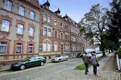 Mietswohnungen - Arbeiterwohnungen, Gründerzeitarchitektur; Ziegelfassade und Dachfenster - Wohnblocks in Aschersleben.