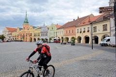 Marktplatz von Mělník - historische Randbebauung im Baustil der Renaissance oder Barock; im Hintergrund das Rathaus, ursprünglich 1398 erbaut, im letzten Viertel des 17. Jahrhunderts Barockumbau.