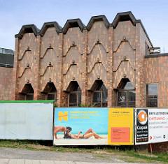 Architektur mit Kachelfassade - Gebäude in Mělník, Werbetafeln - Urlaubswerbung am Strand.