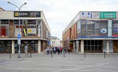 Moderne einstöckige Geschäftshäuser - Einzelhandel, Touristengruppe in Mělník.
