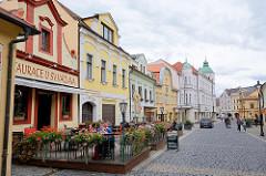 Historische Altstadt von Mělník - restaurierte Wohnhäuser, Geschäfte - Restaurant mit Holzterrasse, Geranien am Geländer.