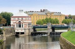 Blick zur Mährischen Brücke in Hradec Králové / Königgrätz; Gebäude vom Wasserkraftwerk, erbaut 1914 - im Hintergrund das Biskupské gymnázium Bohuslava Balbína an der Adler / Orlice, Nebenfluss der Elbe.