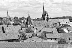 Dächer der Altstadt von Quedlinburg - im Vordergrund die St. Blasii Kirche, re. davon die Kircht St. Benedikt / Marktkirche, lks. der Kirchturm  die St. Aegidii Kirche.