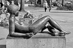 Liegender Frauenakt - Bronzeskulptur am Gorch Fock Wall; Bildhauer Edgar Augustin.