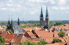 Blick über die Dächer der Stadt Quedlinburg - re. die St. Nikolai Kirche, lks. die St. Blasii Kirche.