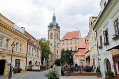 Fussgängerzone mit Aussengastronomie - Blick zum Schloss Mělník.