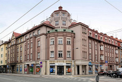 Wohnblock, Eckhaus - Art Deco Architektur in Hradec Králové / Königgrätz; Fassadenfarbe Aubergine, hell / dunkel.