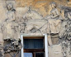 Aufwändiges Fassadenfries - Wandrelief; Hausfassade in  Nymburk / Neuenburg an der Elbe; Darstellung von Elisabeth - Königin von Böhmen 1311–1330 - die ihren zukünftigen Mann, den 14 jährigen Johann von Luxemburg mit Gefolge trifft.