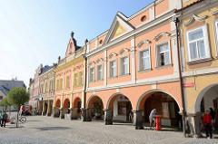 Historische Wohnhäuser am Marktplatz von Dvůr Králové nad Labem / Königinhof an der Elbe - Arkadengang.