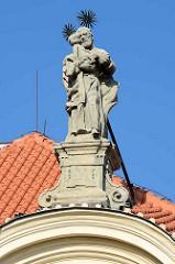 Giebelskulptur Kirche beim Ursulinenkloster in Kutná Hora / Kuttenberg; Barock Architektur, erste Hälfte des 18. Jahrhunderts - böhmischer Baumeister, Architekt Kilian Ignaz Dienzenhofer.
