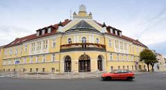 Gebäude vom Bezirksgericht / Okresní soud in Melnik - Eckgebäude mit rundem Eingangsbereich, Balkon mit Geranien - Wappen im Giebel.