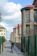 Wasserkraftwerk in Nymburk / Neuenburg an der Elbe; Industriearchitektur - Baustil Jugendstil / Art Nouveau, Fussgängerübergang - Fahrradfahrerin.