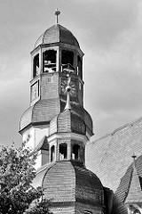 Kuppel vom gotische Turm am Rathaus von Aschersleben - dahinter der höhere Uhrenturm hat ein Uhrwerk von 1580 - zwei vergoldete Ziegenböcke, die bei jeder Viertelstunde mit den Hörnern zusammenstossen.