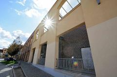 Alte Hausfassade, dahinter Neubau - ehem. Fabrikationsgebäude Industriearchitektur der Maschinenfabrik Billeter / WEMA in Aschersleben.