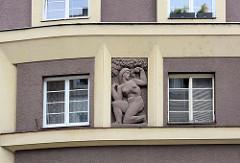 Figürliches Fassadendekor in der Fensternische, nackte Frau mit Apfel unter einem Baum - Architektur der 1930er Jahre in Hradec Králové / Königgrätz.