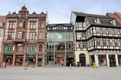 Unterschiedliche Bauformen, Baustile am Markt von Quedlinbburg - Gründerzeitachitektur, Sternehaus - moderne Glasfassade, Quedlinburger Touristen Information - Fachwerkgebäude.
