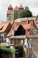 Verwinkelte Häuser mit Satteldach - Schlossberg von Quedlinburg mit Stiftskirche St. Servatius.