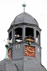 Uhrenturm am Rathaus von Aschersleben - die Turmuhr hat ein Uhrwerk von 1580 - darüber zwei vergoldete Ziegenböcke, die bei jeder Viertelstunde mit den Hörnern zusammenstossen.