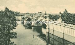 Historisches Foto der Steinbrücke über die Elbe in Nymburk / Neuenburg / Tschechien; Steinpfeiler mit Lampen, Kandelaber - Jugendstilarchitektur, Art Nouveau Baustil.