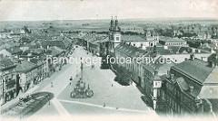 Historische Luftaufnahme von Hradec Králové / Königgrätz - Blick auf den Marktplatz der Stadt; in der Bildmitte die Mariensäule, re. die ehemalige Jesuitenkirche - Kirche Mariä Himmelfahrt.