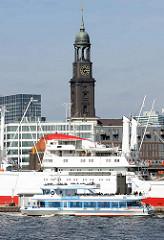 Museumsschiff Cap San Diego und ein Fahrgastschiff  im Hamburger Hafen - Überseebrücke; im Hintergrund der Turm der St. Michaeliskirche.