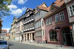 Fachwerkarchitektur am Kornmarkt von Quedlinburg - re. die Adler- und Ratsapotheke, gegründet 1578; Teile des Gebäudes Frühgotik.