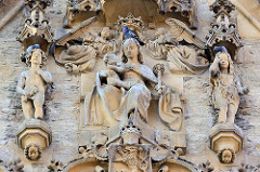 Marienfigur mit Christkind - gekrönt von Engeln; Tauben sitzen auf den Fassadenskulpturen des Steinernen Hauses in Kutná Hora / Kuttenberg. Bürgerhaus, errichtet 1489 - Baumeister Briccius Gauske aus Görlitz.