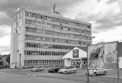 Supermarkt am Klopstockweg in Quedlinburg - Werbung Ich liebe es wenn du mich schützt - Großblockhaus, ehem. Mertik Gelände, Verwaltungsgebäude VEB Mertik, soll zum Wohnhaus umgebaut werden.