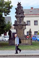 Denkmal mit Putten und Heiligenfiguren / Skulpturen in Dvůr Králové nad Labem / Königinhof an der Elbe.