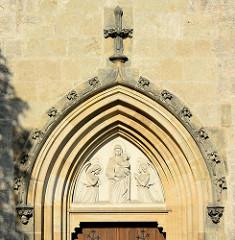 Eingang mit Maria / Mutter Gottes Relief, knieende Engel - Kirche Mutter Gottes Na Náměti in Kutná Hora / Kuttenberg; erbaut 1357. Nach einem Brand 1470 wurde die Kirche umgebaut - rchitekten Matěj Rejsek und Benedikt Rejt.