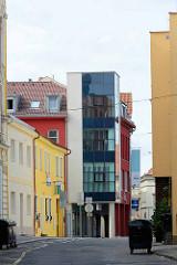 Architektur in Nymburk / Neuenburg an der Elbe;  farbige Hausfassaden - moderner Neubau mit Glasfassade.