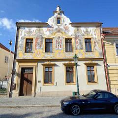 Wohnhaus in Kutná Hora / Kuttenberg - barocke Fassadenmalerei, Darstellung von WACLAW II, WLADISLAW II, WACLAW IV mit Wappen.