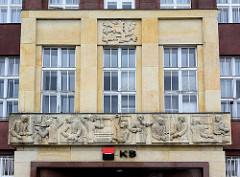 Architektur der 1920er Jahre - Fassadendekoration, Relief über dem Eingang eines Verwaltungsgebäude in Hradec Králové / Königgrätz.