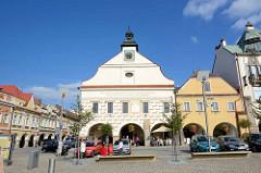 Marktplatz von Dvůr Králové nad Labem / Königinhof an der Elbe; Blick auf das Rathausgebäude, es wurde n der Stelle eines 1572 abgebrannten Vorgängerbaus wurde ein sgraffitoverziertes Rathaus durch die Baumeister Ulrico Aostalli und Franz Vlach erric