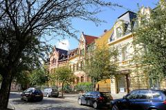 Gründerzeitarchitektur in Quedlinburg - Mauerstraße; im Hintergrund ein denkmalgeschütztes Wohnhaus, erbaut um 1900 - Klinkerfassade.
