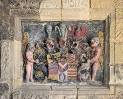 Altes Wappen, Steinrelief  - eingelassen ins Mauerwerk auf dem Quedlinburger Schlossberg.