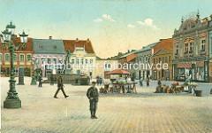 Altes Bild vom Marktplatz in Dvůr Králové nad Labem / Königinhof an der Elbe - Marktstände mit Gemüse auf dem Platz, Kandelaber / Gaslaternen - im Hintergrund der Záboj Brunnen. Záboj ist eine Figur aus dem Royal Court Manuskript / Manuskript von