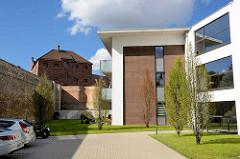 Neubauten, moderne Wohnhäuser / Architektur - Gefängnismauer und Klinker-Steinbau des 1896 erbauten Untersuchungsgefängnis für das Königlich Preußische Amtsgericht in Aschersleben; jetzt Stadtarchiv und Kriminalpanoptikum.