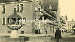 Historische Aufnahme vom Hennebrunnen und Rathaus in Aschersleben.